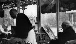 Aux Deux Magots (Henri Cartier-Bresson, 1958)
